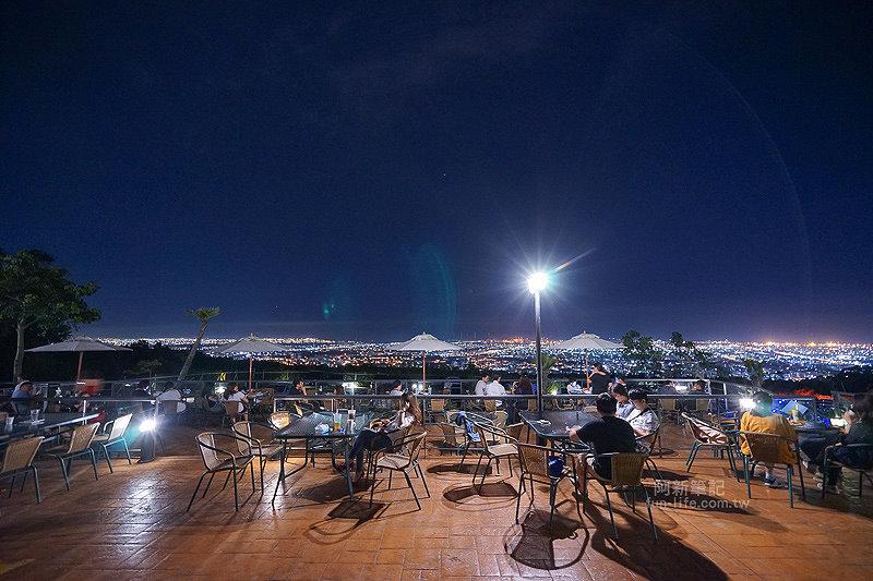 望景咖啡|台中夜景咖啡館,從夕陽看到夜景,室內、戶外座位多又寬廣,餐點多又豐富,推薦情侶、聯誼活動阿~