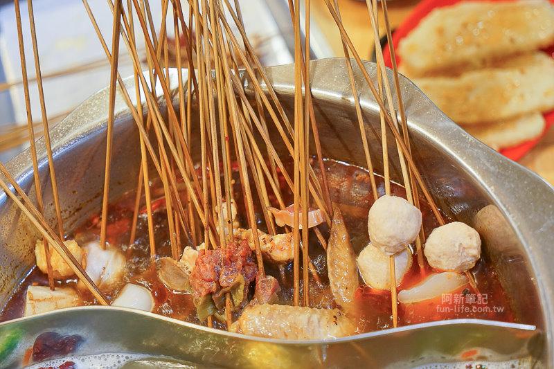 台灣冒椒火辣麻辣火鍋 |逢甲夜市吃道地四川麻辣火鍋,食材弄成串,串串香串串迷人,害我吃了7、80串….