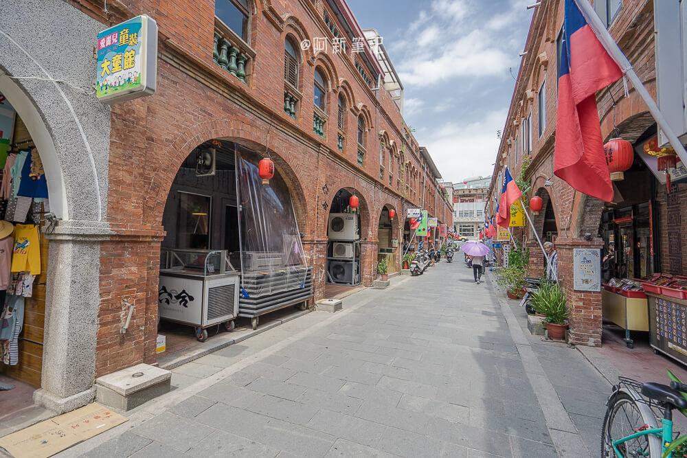 模範街  金門必逛拍照景點,紅磚拱廊美的冒泡,這裡有著不少美食餐廳。